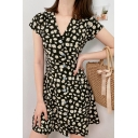 Allover Daisy Floral Print Short Sleeve V-neck Button down Stylish Short A-line Dress in Black